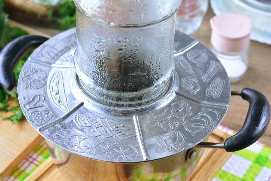 Банку для закатки промойте в теплой воде с добавлением пищевой соды, хорошо сполосните, затем установите над кастрюлей с кипящей водой и простерилизуйте 2-3 минуты. Банку осторожно снимите прихватками, отставьте в сторону, пусть остынет. Железные крышки для закатки обдайте кипятком.