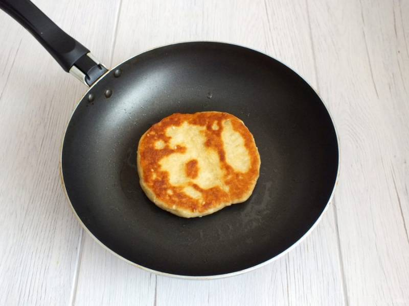 Сковороду разогрейте, налейте 1 ст.л. масла и выложите подготовленную лепешку. Обжаривайте с одной стороны до румяного цвета в течение 3-4 минут на огне чуть ниже среднего.