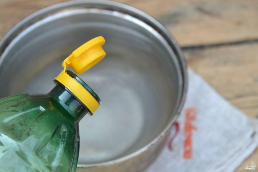 В 1 литре воде растворите соль и сахар, поставьте на огонь и доведите до кипения. Затем влейте уксус и снимите с огня.