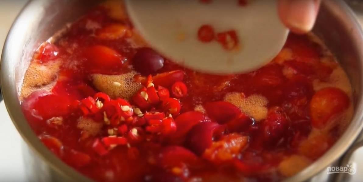 Добавьте нарезанный перец и перемешайте, варите еще 5 минут.