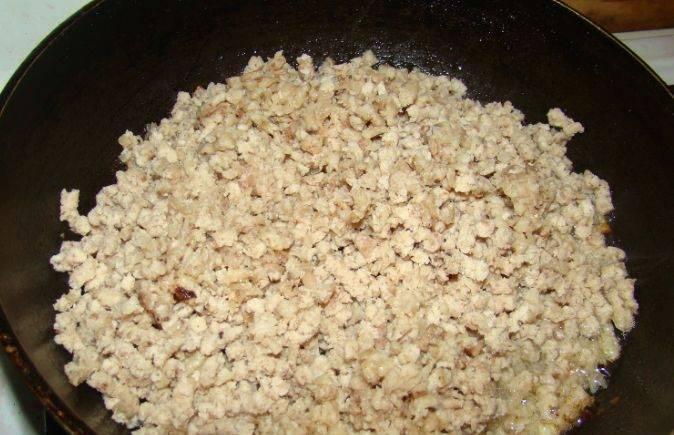 На разогретой сковороде, смазанной растительным маслом, обжариваем фарш до готовности. Солим и перчим по вкусу.
