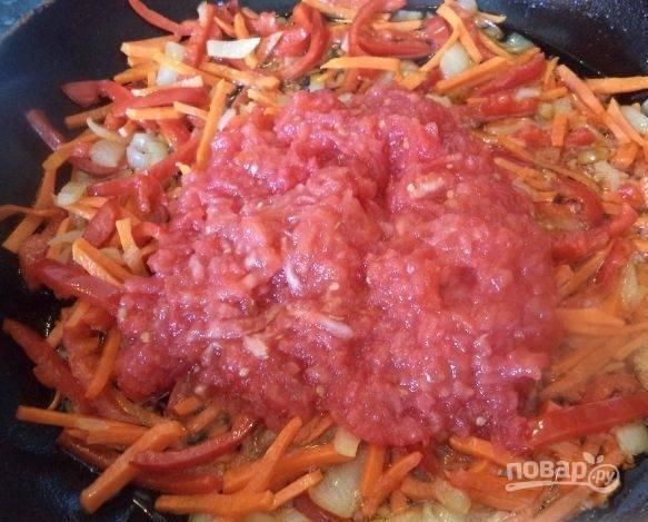 5. Когда овощи станут золотистого цвета, добавляем полученный морс. Я чаще всего пропускаю несколько раз помидоры через мясорубку.