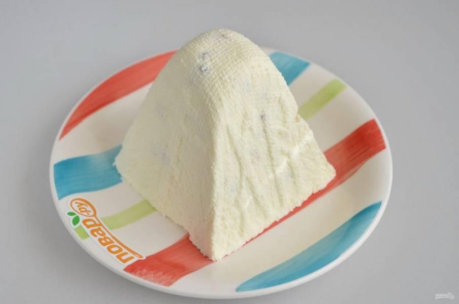 10. Переверните формочку на тарелку, осторожно снимите формочку, уберите марлю. Пасха на заварной помадке готова, угощайтесь!