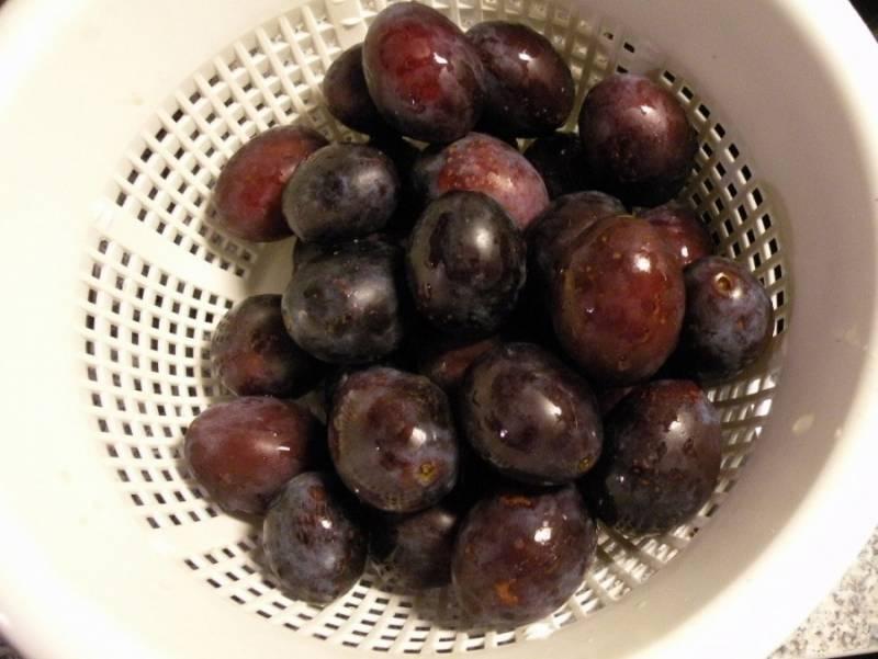 """1. Для этого варенья нам понадобятся черные длинные сливы. Их еще называют """"чернослив"""". Они тугие по структуре и в варенье получаются очень вкусными. Плоды нужно брать не переспевшие. Тщательно моем сливы и откидываем на дуршлаг, чтобы стекла вся лишняя жидкость."""