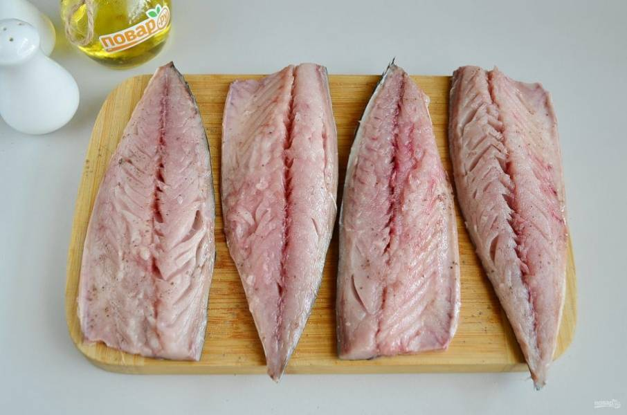 4. Переходим к разделке скумбрии. У каждой тушки отрежьте голову, удалите внутренности, промойте рыбку внутри. Филейным ножом пройдитесь вдоль хребта так, чтобы отделилось филе, а мелкие косточки уберите пинцетом. Каждую половинку рыбного филе посолите, поперчите. Если любите рыбу с лимоном, то сбрызните лимонным соком. Мне кажется, тут достаточно будет аромата рыбы и овощей, лимон будет лишним, но это дело вкуса.