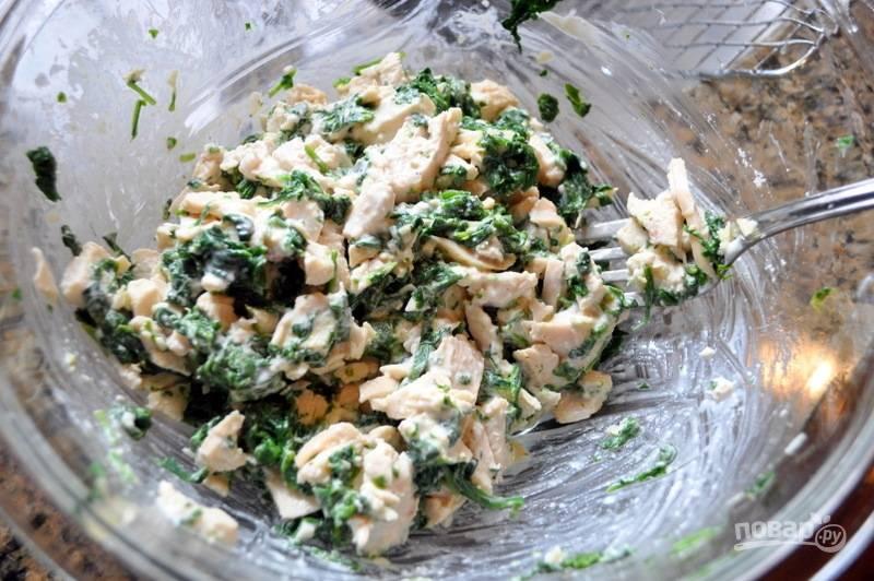 2.В миску выложите шпинат, добавьте к нему вареную и измельченную курицу, измельченный чеснок, сливочный сыр, соль, перец, хорошенько все смешайте.