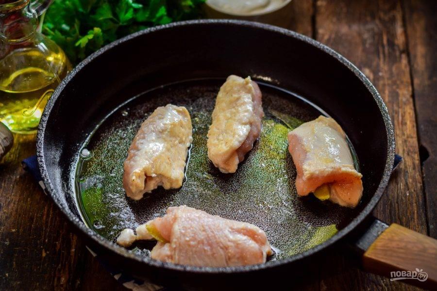 В сковороде прогрейте растительное масло. Выложите рулеты и поджарьте со всех сторон по одной минуте.
