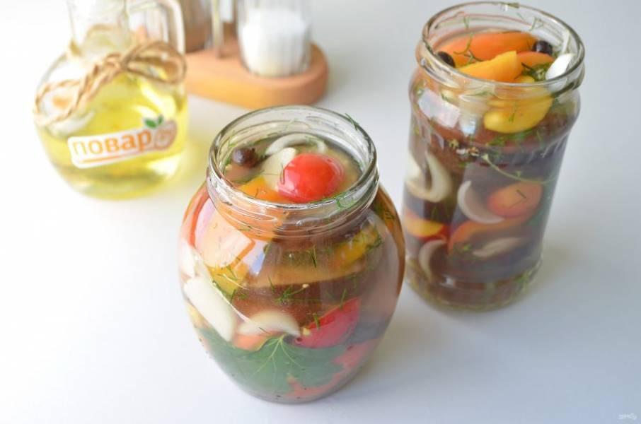 8. Утром овощи можно разложить по чистым баночкам и убрать в холодильник на хранение.