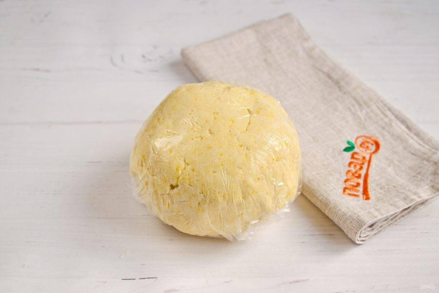 Просейте муку, замесите очень мягкое тесто, не липнущее к рукам. Заверните его в пищевую пленку, положите в холодильник на 30 минут.