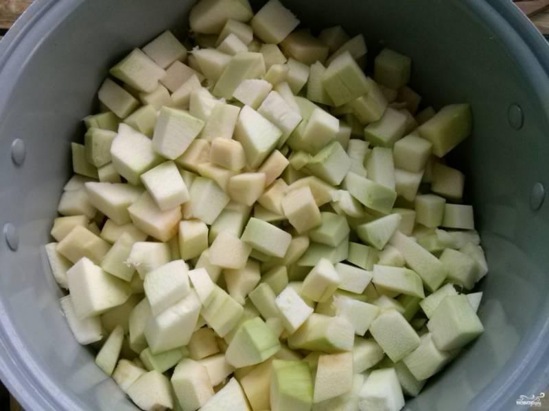 В чашу мультиварки (объем - 5л.) налейте масло. Овощи помойте. Кабачки очистите, удалите семена, порежьте кубиками и положите в чашу.