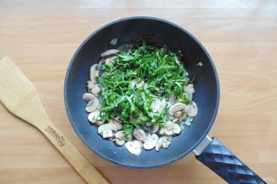После добавьте нарезанный шпинат.