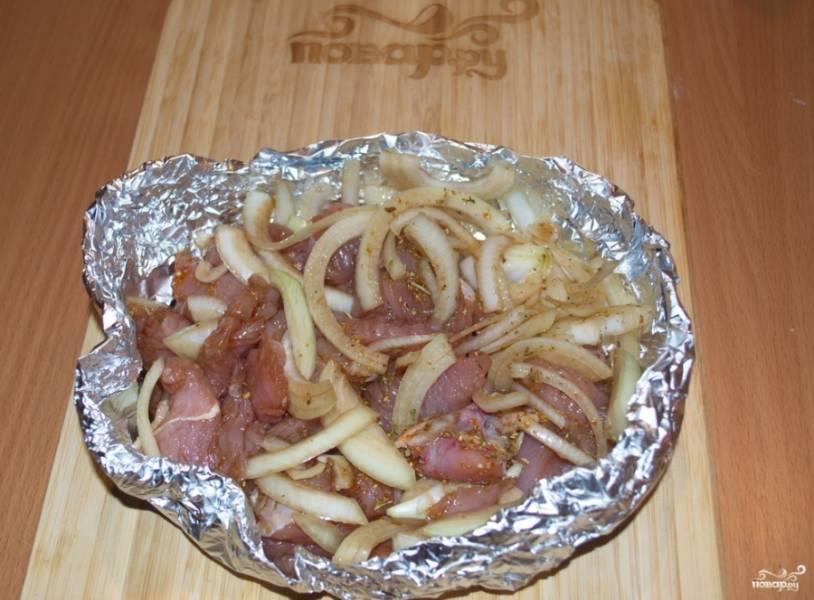 Из фольги сформируйте некую лодочку. Выложите в нее мясо с луком.