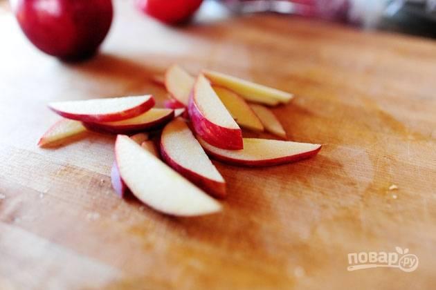 2. Тонкими ломтиками нарежьте яблоки.