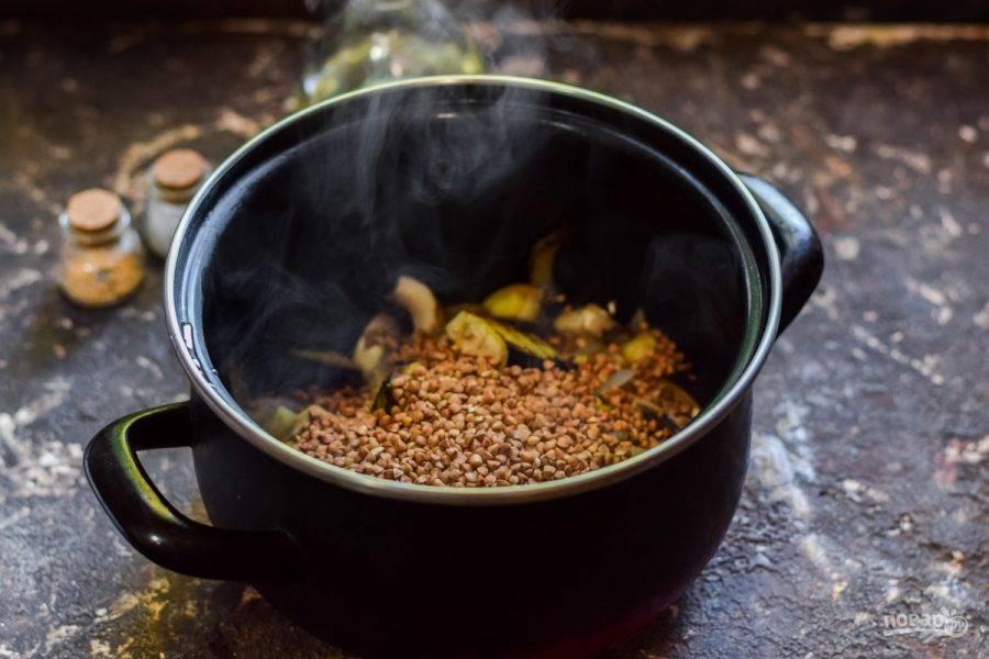 Переложите овощи в кастрюлю, добавьте гречку, соль и перец.