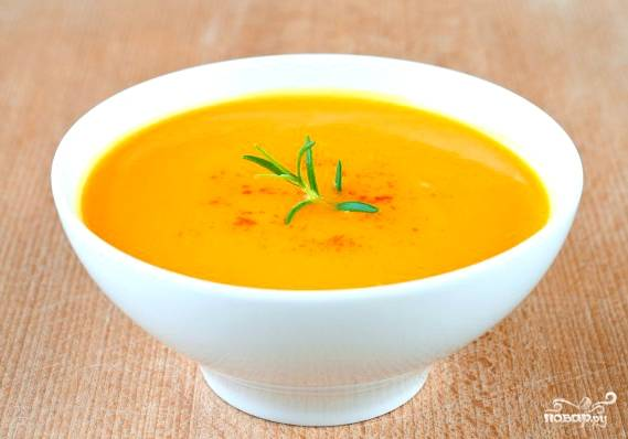 Вот и все, наш тыквенный суп готов. Наливаем его в тарелочки. Добавляем щепотку мускатного ореха по желанию. Отщипываем кусочек от веточки розмарина, украшаем суп. Приятного аппетита!