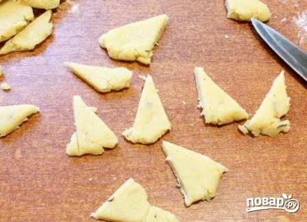 Из обрезков теста можно сделать простой бортик, а можно тесто вырезать треугольниками.