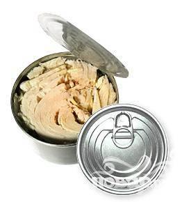 1. Рыбные консервы открыть, кусочки рыбы разобрать на более мелкие, удалить при этом хребетики и заводские специи.