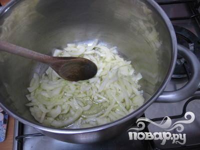 2. Нагреть оливковое масло в большой кастрюле на среднем огне. Добавить в кастрюлю лук и чеснок и обжарить в оливковом масле, пока лук не станет прозрачным.