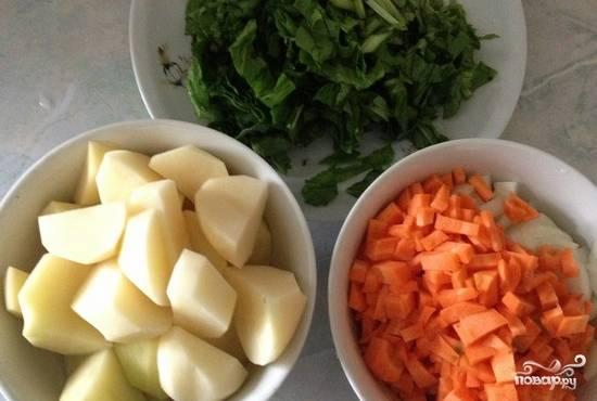 Картошку и морковку очистим от кожуры. Режем квадратиками. Лук нарезаем полукольцами, щавель режем не очень крупно.