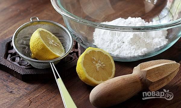 5. Выпекается швейцарский морковный торт около 35 минут. Готовность его проверяйте зубочисткой. Пока тортик остывает, можно сделать глазурь, соединив сахарную пудру с парой ложек сока лимона.