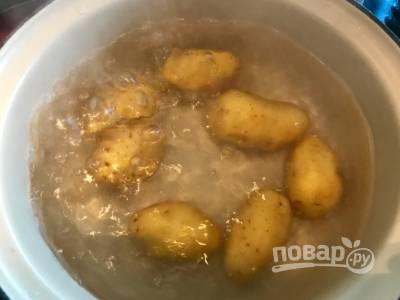 1. Сварите молодой картофель до готовности.