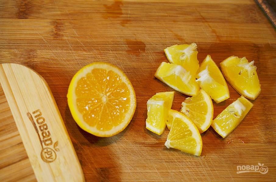 2. Из половины лимона выжмите сок, вторую половину нарежьте дольками.