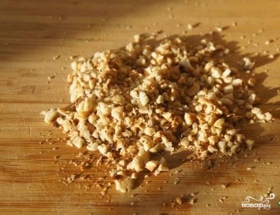 2.Орехи берем любые, какие больше нравятся. Очищаем, при необходимости поджариваем слегка на сковороде и измельчаем.