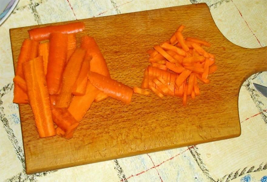 Морковку режем соломкой.