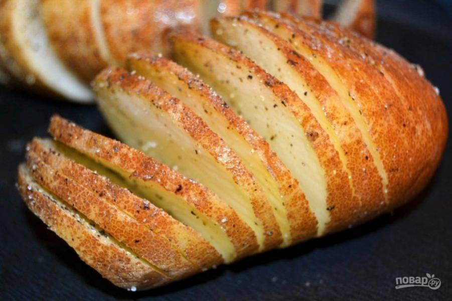 3.Выложите картофель на противень или в форму для запекания, посолите и поперчите.