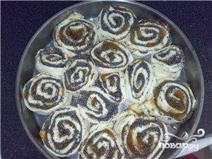 4.Пирог оставить в форме на 20 минут. Разогреть духовку до 200 градусов. Выпекается  пирог 30-40 минут. Готовый пирог присыпать сахарной пудрой.