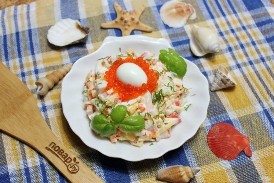 Салат с красной икрой и крабовыми палочками готов. Украсьте его по вкусу и подавайте к столу.
