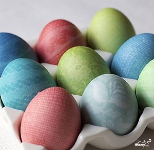 5. Тоже самое проделать с красителями других цветов. Кружевные крашеные яйца в домашних условиях готовы. Чем разнообразнее будет фактура кружева и цвета красителей, тем интереснее получатся яйца на праздничном столе.
