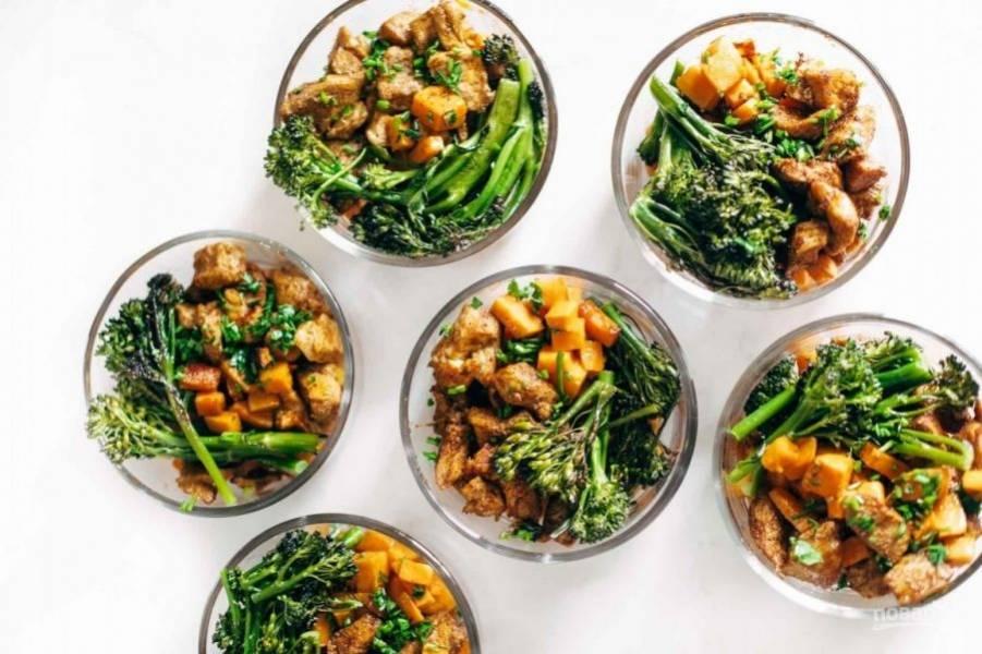 4.Разложите все ингредиенты по тарелкам и подавайте к столу.