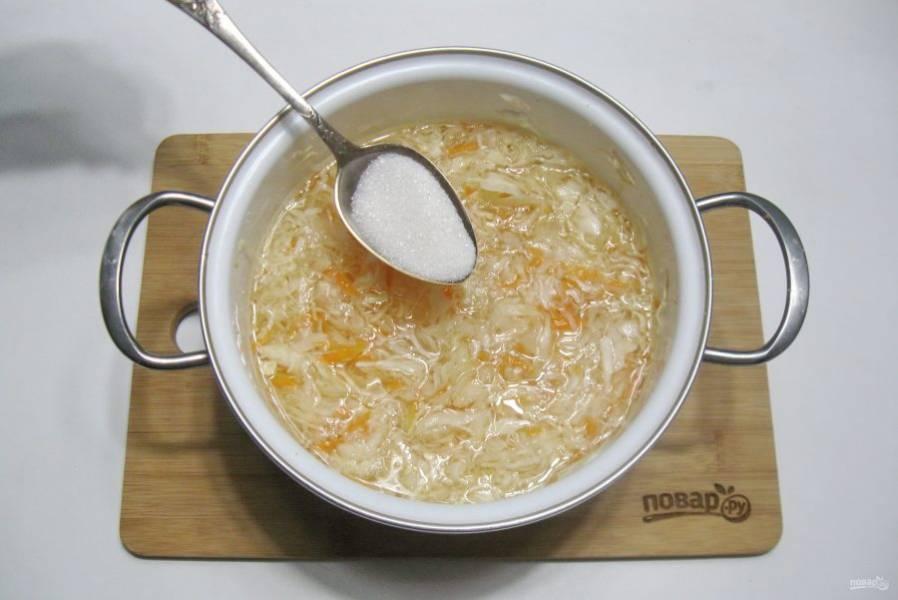После добавьте сахар по вкусу и перемешайте, отправьте капусту в холод.