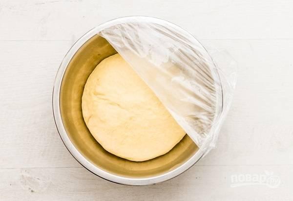 2. Замесите однородное тесто, накройте пленкой или чистым полотенцем и оставьте подходить в теплом месте.