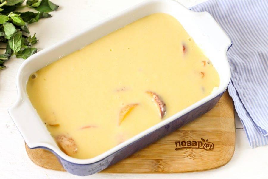Залейте фруктовую нарезку приготовленным тестом. Разогрейте духовку и поместите в нее форму с заготовкой. Выпекайте примерно 35-40 минут при температуре 180 градусов.