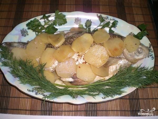 Рыбку перекладываем на блюдо и украшаем свежей зеленью. Приятного аппетита!