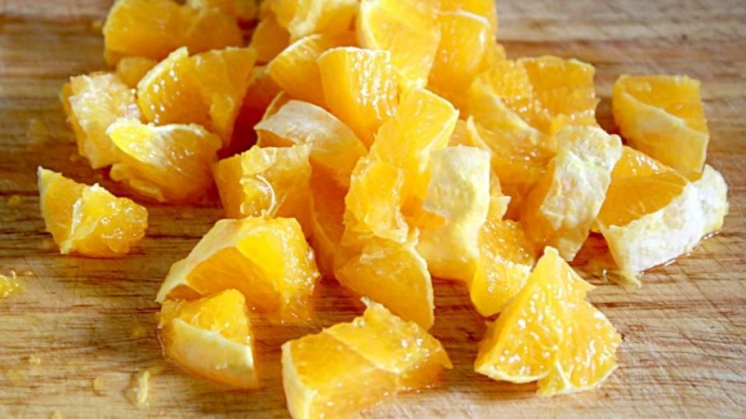 Теперь режем кубиками апельсин.