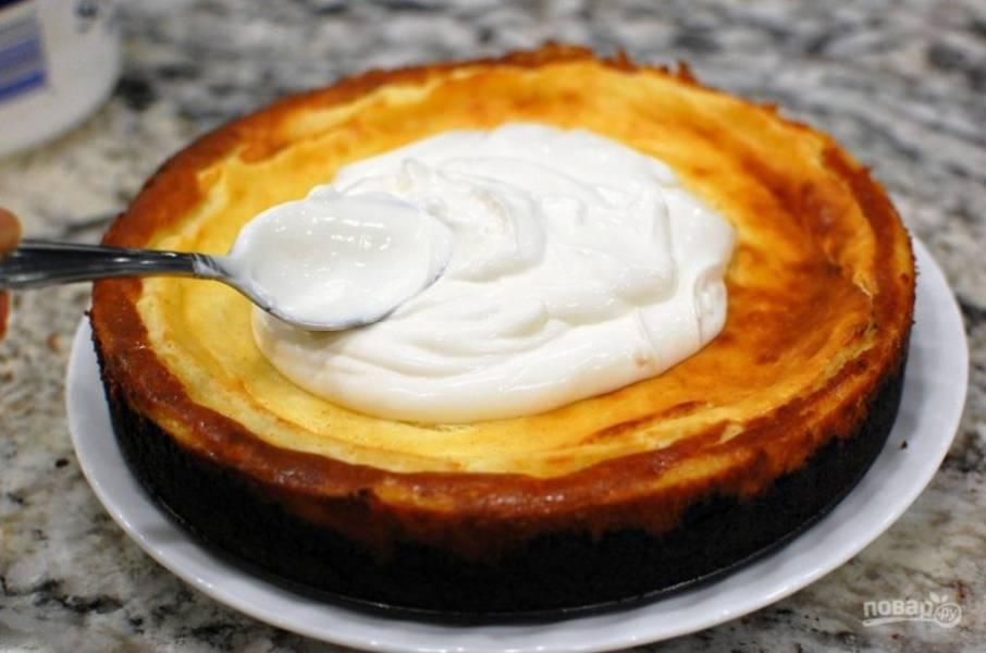 9.Достаньте выпечку из духовки. Смешайте оставшуюся сметану, сахар, ванильный экстракт. Выложите приготовленную смесь поверх чизкейка.