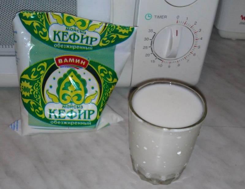 3. В последнюю очередь добавляем стакан кефира. Лучше брать обезжиренный кефир или 1%.