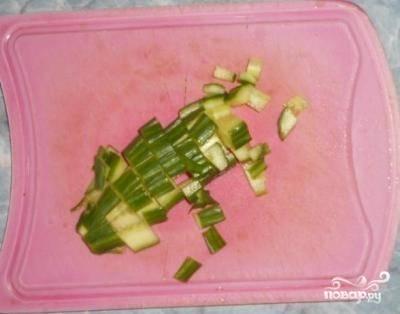 Остальной огурец порезал для салата небольшими кубиками.