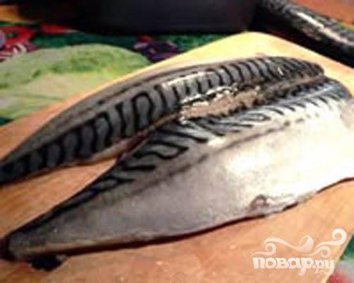 1.Промываем в холодной проточной воде рыбу. Острым ножом аккуратно делаем разрез на брюшке и удаляем внутренности. Так же удаляем хребет и кости. Ножом аккуратно срезаем мякоть.