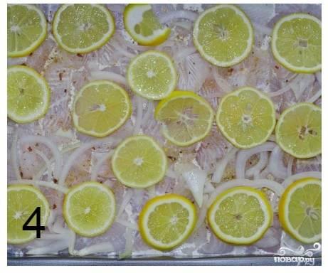 Шаг 5. Выложите дольки лимонов.