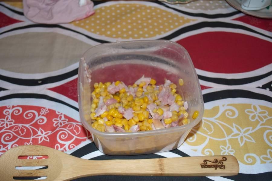 В емкость к мясу добавляем кукурузу консервированную (уже без воды).