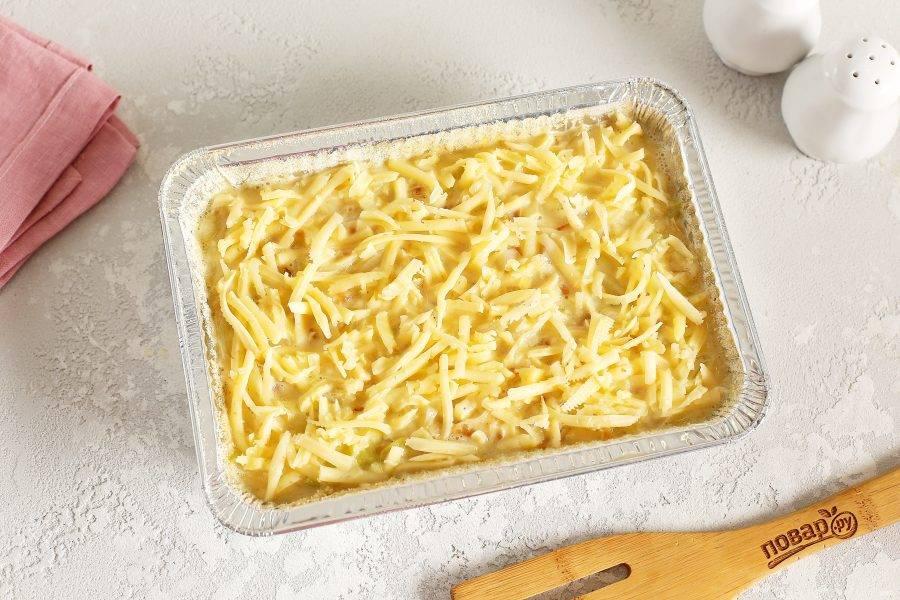 Посыпьте верх оставшимся тертым сыром и запекайте в духовке при температуре 200 градусов 20-25 минут. Готовой запеканке дайте немного остыть, так она будет лучше держать форму и впитает в себя все соки. Затем нарежьте на порции и подайте к столу со сметаной или просто со свежими овощами.