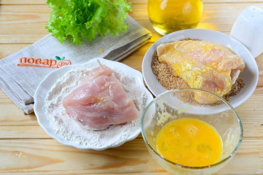 Подготовьте все для панировки: в отдельные тарелочки насыпьте панировочных сухарей и муки, в небольшой пиале взбейте яйцо. Кармашки из курицы обмакните сначала с муку, затем — в яйцо, а затем — в панировочные сухари.