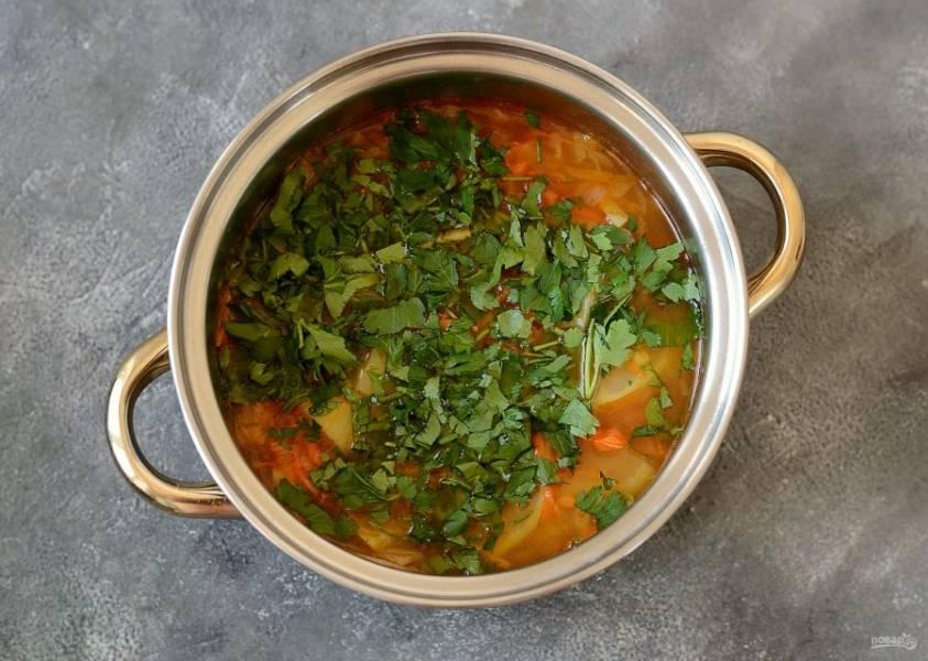 В конце добавьте крупно порубленную петрушку. Посолите и поперчите суп по вкусу.