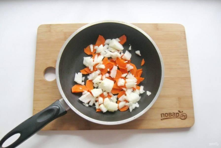 Морковь и лук очистите, помойте и выложите в сковороду.