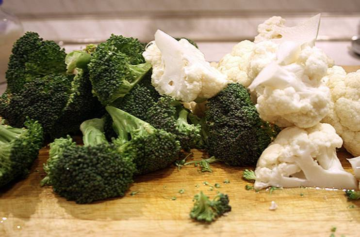 Тщательно промойте овощи, разделите их на соцветия. Опустите капусту и брокколи в кипящую, подсоленную воду на 3 минуты.