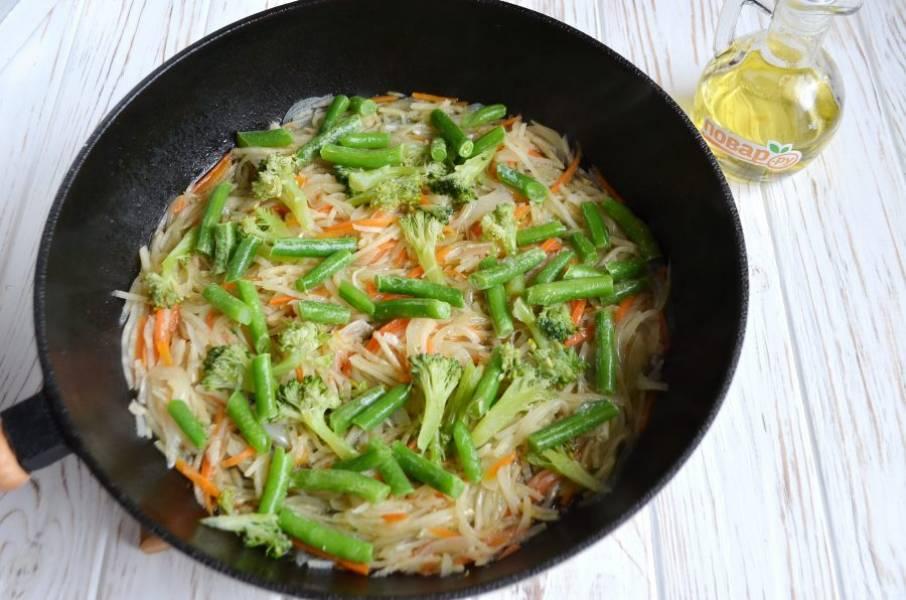 5. Положите фасоль и капусту, предварительно разобранную на тонкие кусочки. Перемешайте и тушите еще 10 минут все вместе.